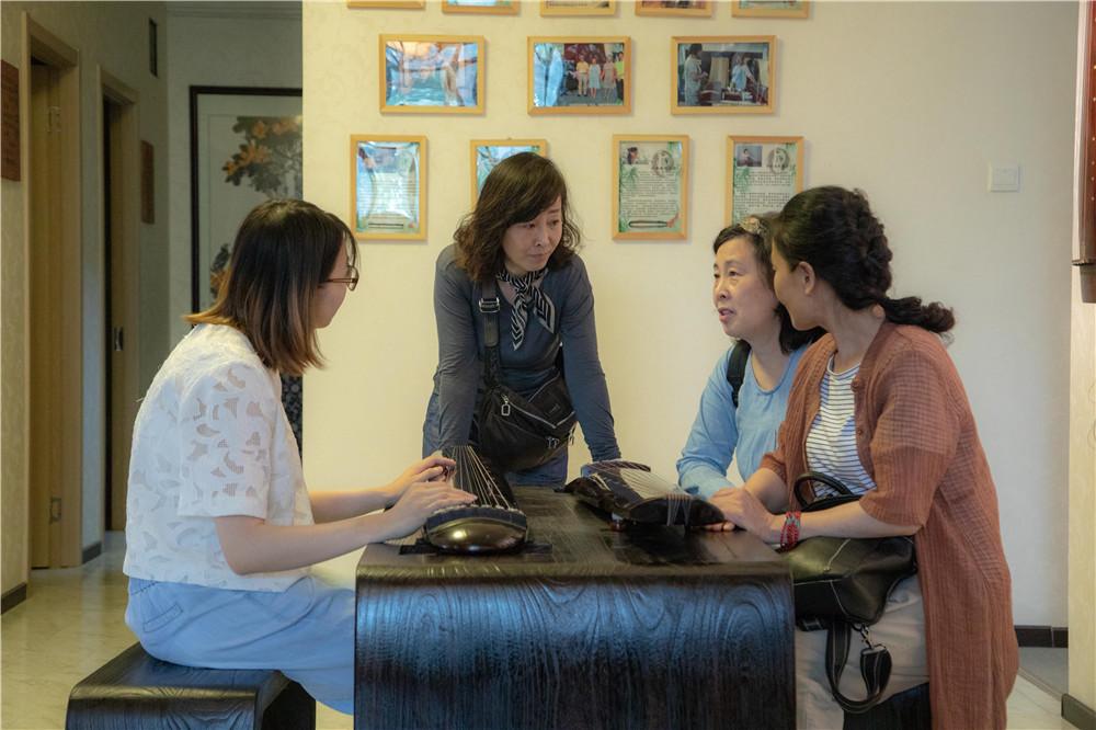 古琴老师与学员讨论古琴音色