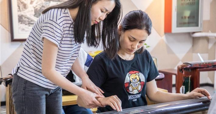 古琴教室指导学员指法